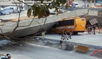 Autobus przygnieciony po zawaleniu się wiaduktu w Belo Horizonte
