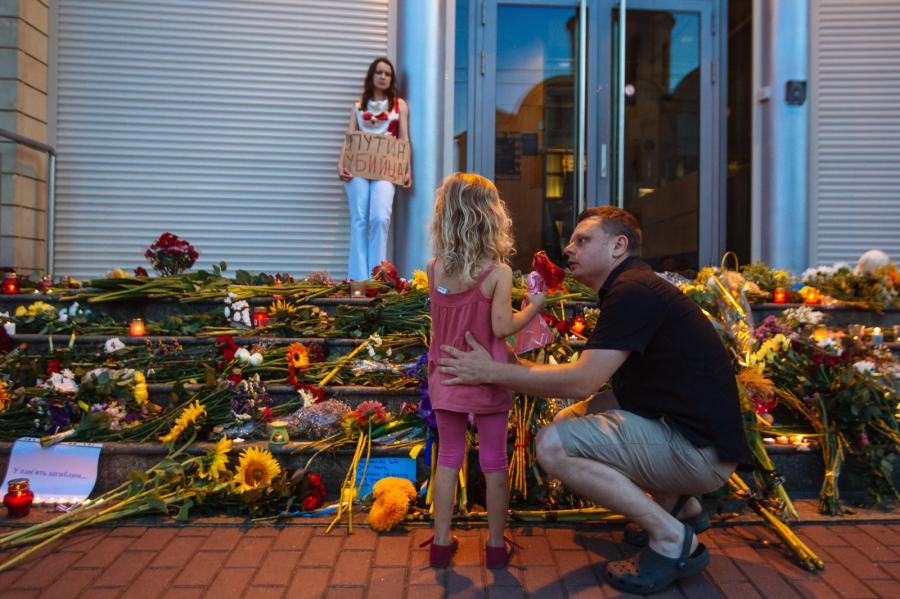 Kwiaty przed holenderską ambasadą w Kijowie