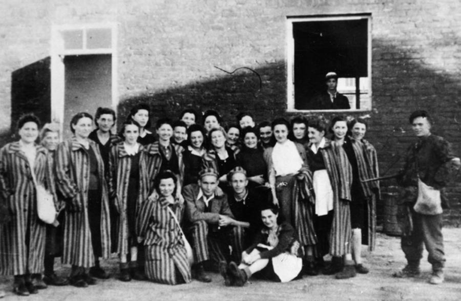 Grupa żydów z Gęsiowki uwolnionych przez żołnierzy kompanni \