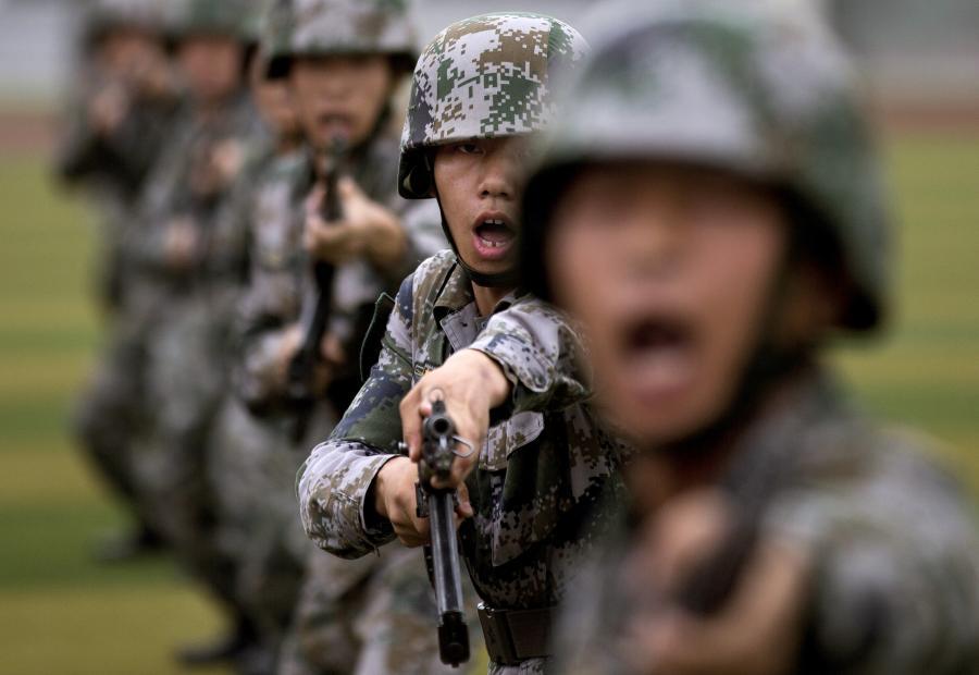 Chińscy żołnierze ćwiczą atak bagnetem