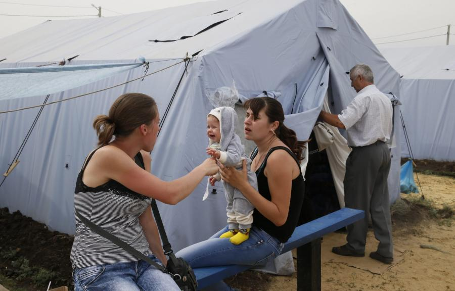Ukraińscy uchodźcy niedaleko granicy rosyjsko-ukraińskiej