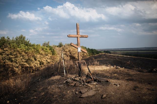 Krzyż na miejscu walk ukraińskich żołnierzy z separatystami