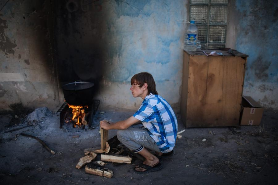Chłopiec - mieszkaniec jednej ze zniszczonych miejscowości w okolicach Doniecka