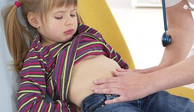 Lekarz bada brzuch dziecka