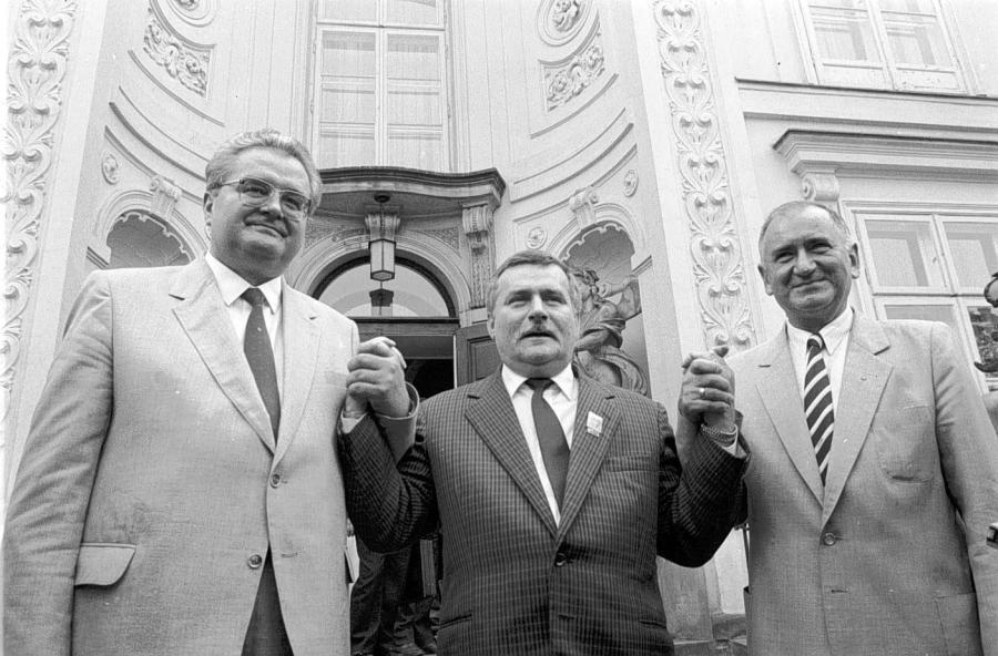 Roman Malinowski (ZSL), Lech Wałęsa (Solidarność) oraz Jerzy Jóźwiak (SD) po podpisaniu porozumienia koalicyjnego 17 sierpnia 1989 r. w Łazienkach Królewskich