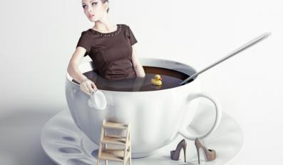 Kobieta w filiżance kawy