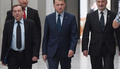 Posłowie PiS Mariusz Kamiński, Mariusz Błaszczak i Antoni Macierewicz w drodze na konferencję prasową nt. komisji śledczej w sprawie taśm prawdy PO