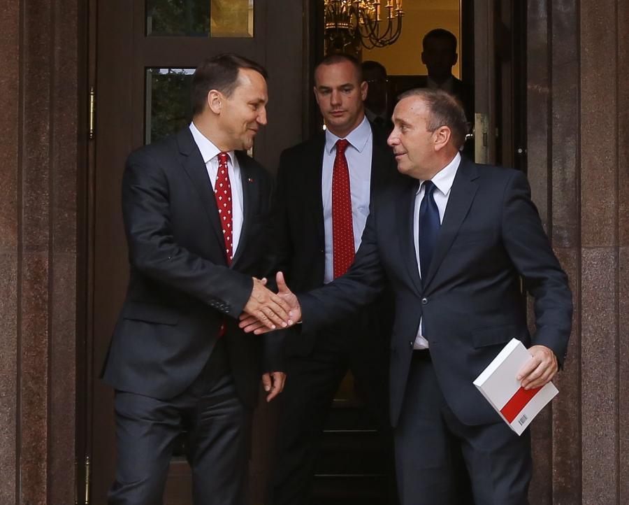 Ustępujący minister spraw zagranicznych Radosław Sikorski przekazuje urząd nowemu ministrowi spraw zagranicznych Grzegorzowi Schetynie