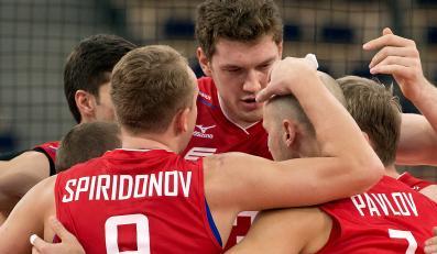 Rosjanie (od lewej): Alexey Spiridonov, Dmitriy Muserskiy i Nikolay Pavlov, cieszą się z punktu podczas meczu o 5. miejsce mistrzostw świata siatkarzy z Iranem