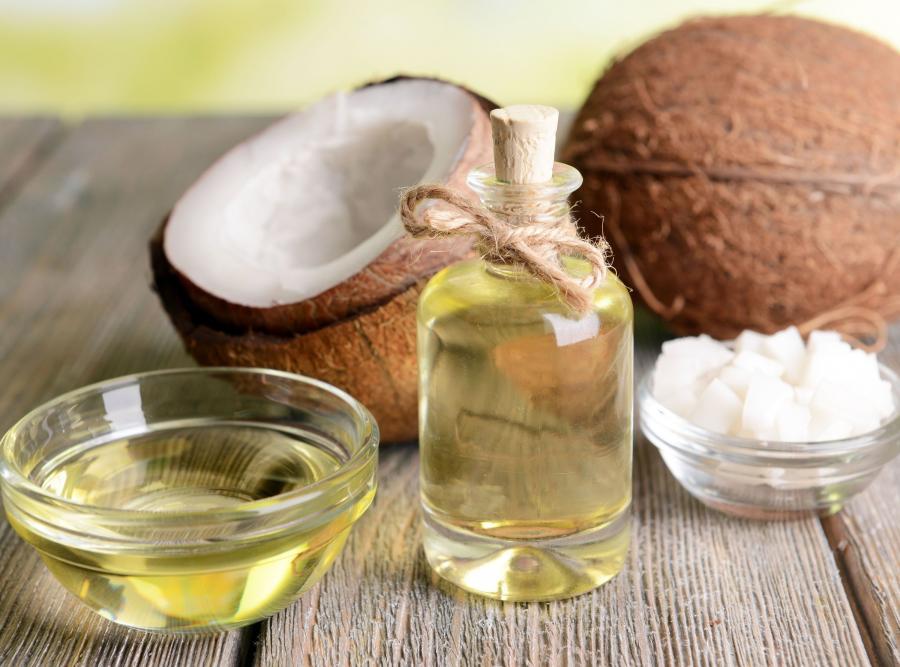 3. Używaj płynu do płukania ust lub… kokosa