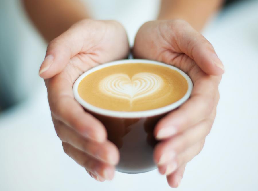 Kawa ze śmietanką dłużej pozostaje gorąca