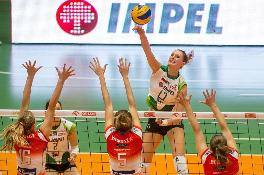 Piłkę zbija Joanna Kaczor (za siatką) z miejscowego Impelu, blokują - front, od lewej: Lucyna Borek, Magdalena Hawryła i Adrianna Budzoń z Developers SkyRes Rzeszów w meczu ekstraklasy siatkarek, rozegranym we Wrocłwiu