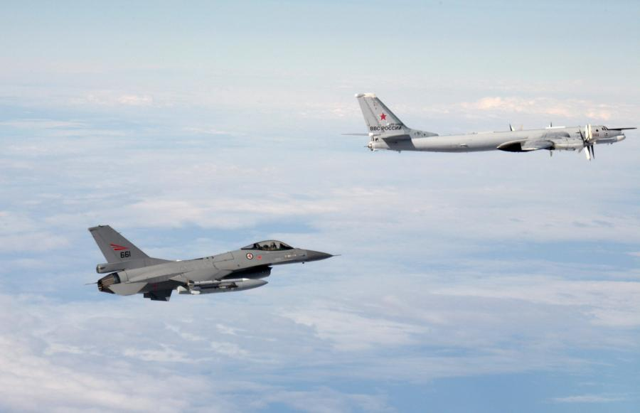 Norweski myśliwiec przechwytuje rosyjski bombowiec Tu-95