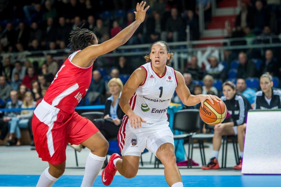 Koszykarka Energi Toruń Amanda Jackson (P) blokowana przez Tanishę Lovely Wright (L) z Agu Spor Kulubu podczas meczu Euroligi
