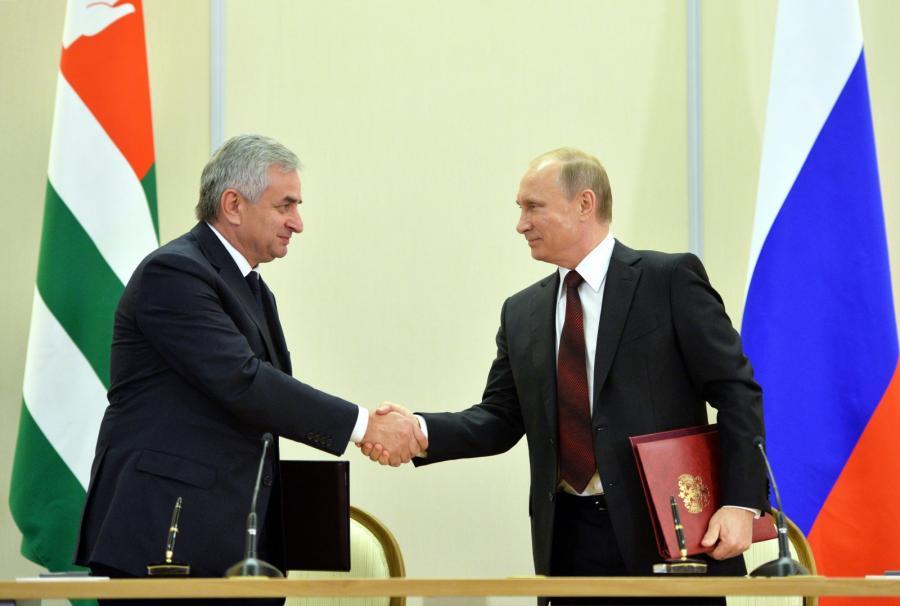Prezydent Abchazji Raul Khadzhimba i prezydent Rosji Władimir Putin