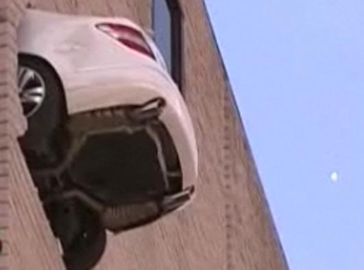 Mercedesem przebił mur. Cudem przeżył