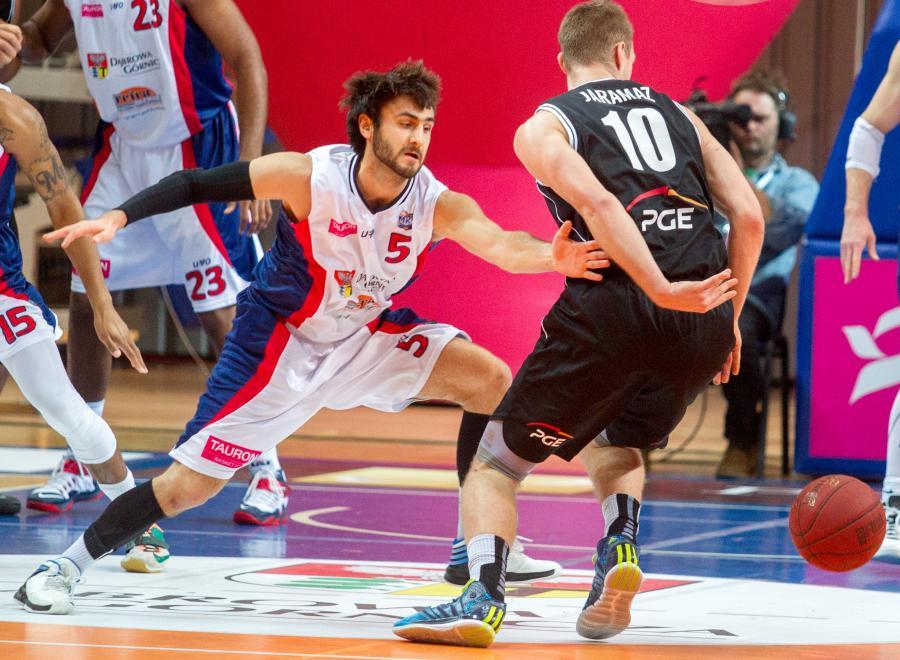 W pojedynku o piłkę Nemanja Jaramaz (P) z PGE Turów Zgorzelec i Jakub Koelner (L) z miejscowego MKS w meczu ekstraligi koszykarzy, rozegranym w Dąbrowie Górniczej