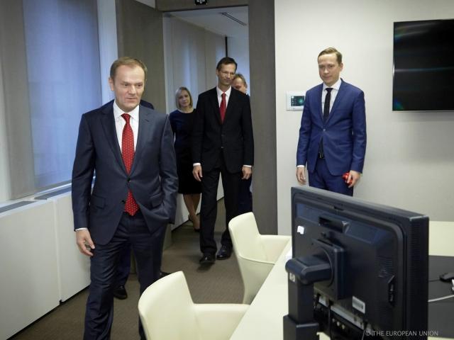 Skromny gabinet, żadnych luksusów. W takich warunkach pracuje Donald Tusk. GALERIA