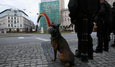 Policjanci z psem pilnują Tęczy na Placu Zbawiciela