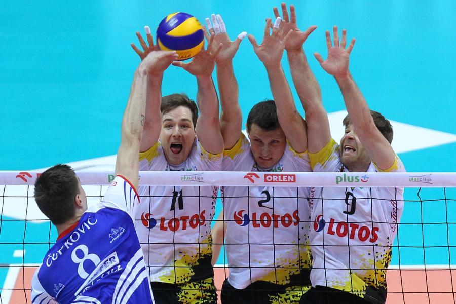 Siatkarze Lotosu Trefl Gdańsk (od prawej): Sebastian Schwartz, Piotr Gacek i Murphy Troy, blokują po ataku Konstantina Cupkovicia (L) z Transferu Bydgoszcz