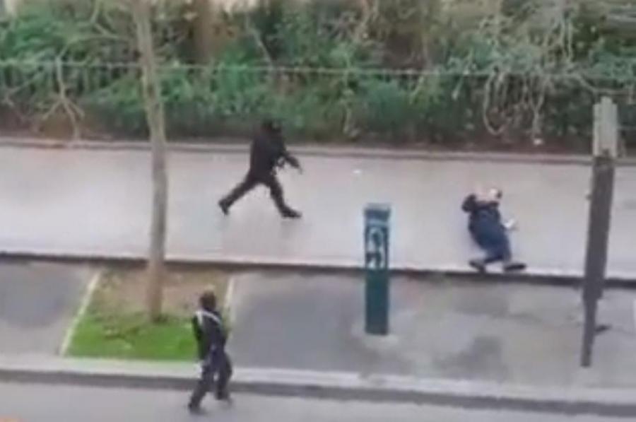 Zamachowcy przed siedzibą tygodnika \