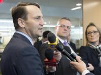 Marszałek Sikorski w USA: Pilnie czytam notatki MSZ-u