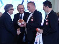 Prezydent Bronisław Komorowski odznaczył polskich piłkarzy ręcznych. ZDJĘCIA