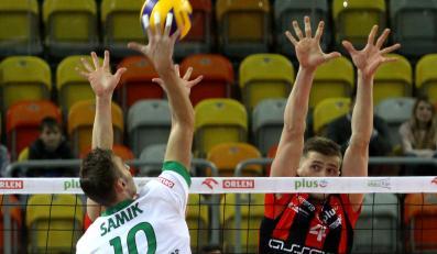 Siatkarz AZS Częstochowa Samica Guillaume (L) atakuje po bloku Piotra Nowakowski (P) z Asseco Resovii Rzeszów