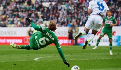W akcji Sebastian Mila (L) z miejscowej Lechii i Alvarinho (P) z Zawiszy Bydgoszcz w meczu T-Mobile Ekstraklasy, rozegranym w Gdańsku