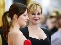 Oscarowy pokaz mody. Suknie na tle oscarowego czerwonego dywanu
