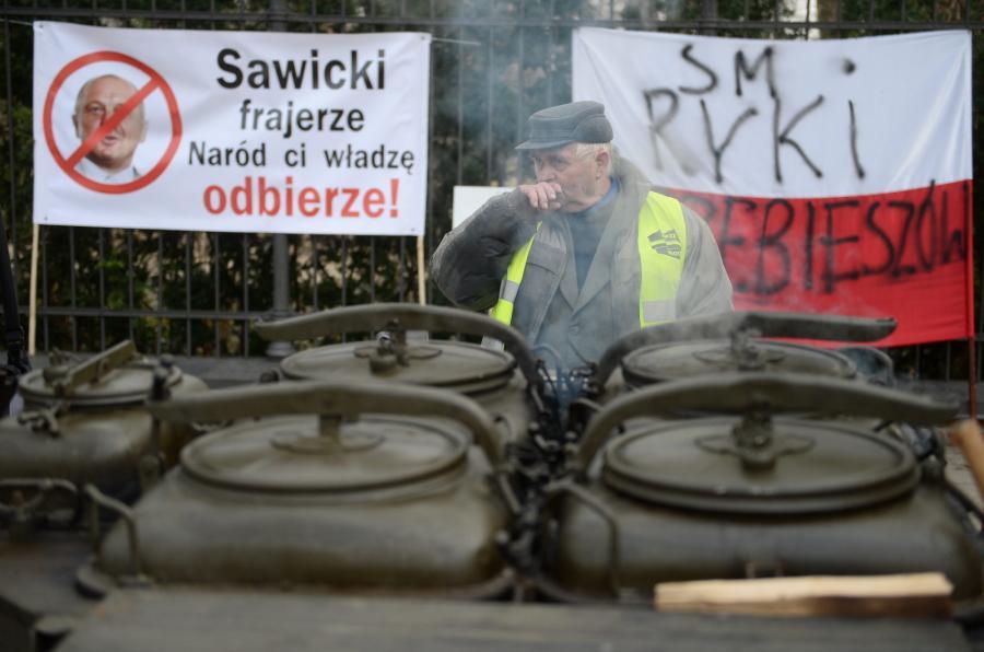 Naprzeciwko KPRM przy Alejach Ujazdowskich trwa protest rolników
