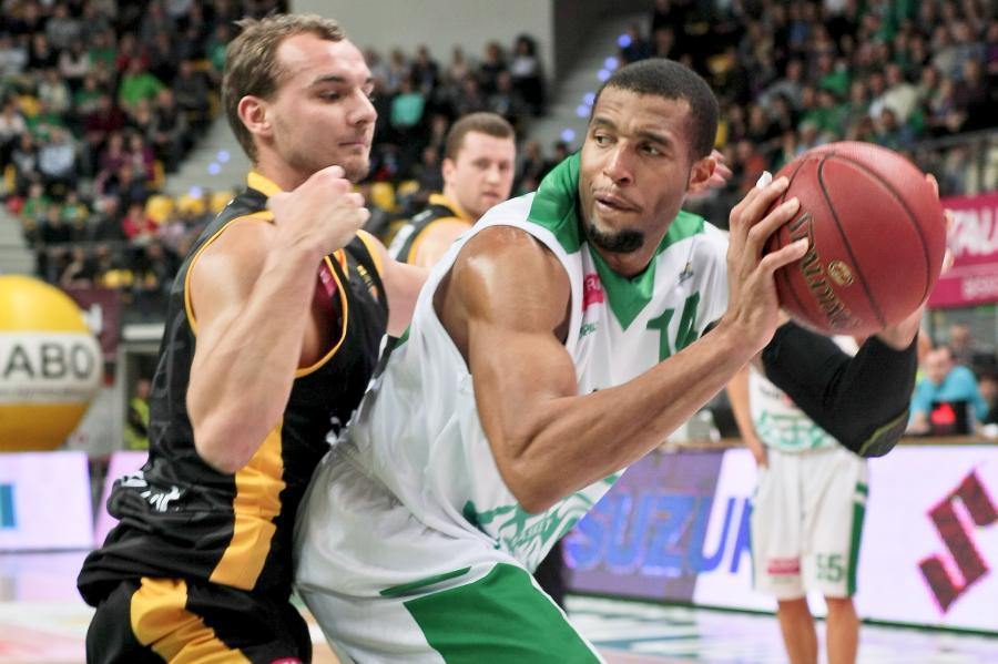 Koszykarz Stelmetu Zielona Góra Quinton Hosley (P) blokowany przez Sławomira Sikorą (L) z Trefla Sopot