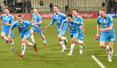 Piłkarze Błękitnych Stargard Szczeciński cieszą się ze zwycięstwa po rewanżowym meczu ćwierćfinałowym Pucharu Polski z Cracovią