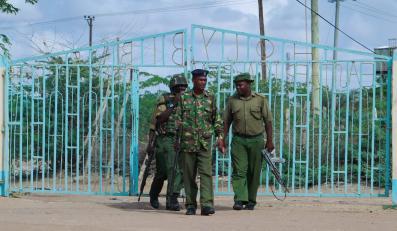 Kenijska policja przez Uniwersytetem Garissa