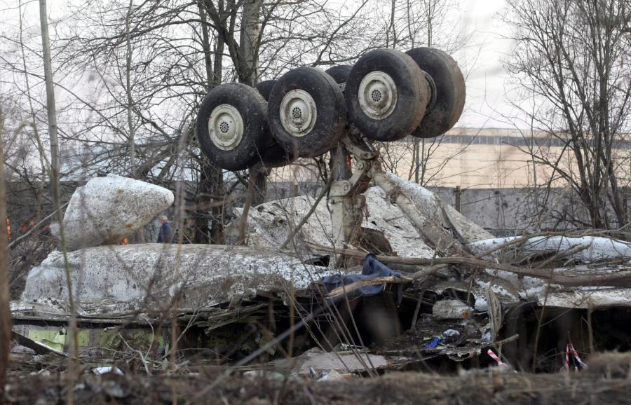 Na zdjęciu archiwalnym z 11.04.2010 r. wrak prezydenckiego samolotu Tu-154 na miejscu katastrofy w Smoleńsku
