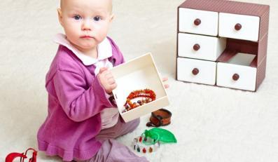Dziecko ze szkatułką z biżuterią