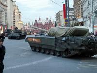 Nowe superczołgi ukryte pod plandekami. Moskwa przygotowuje paradę. ZDJĘCIA