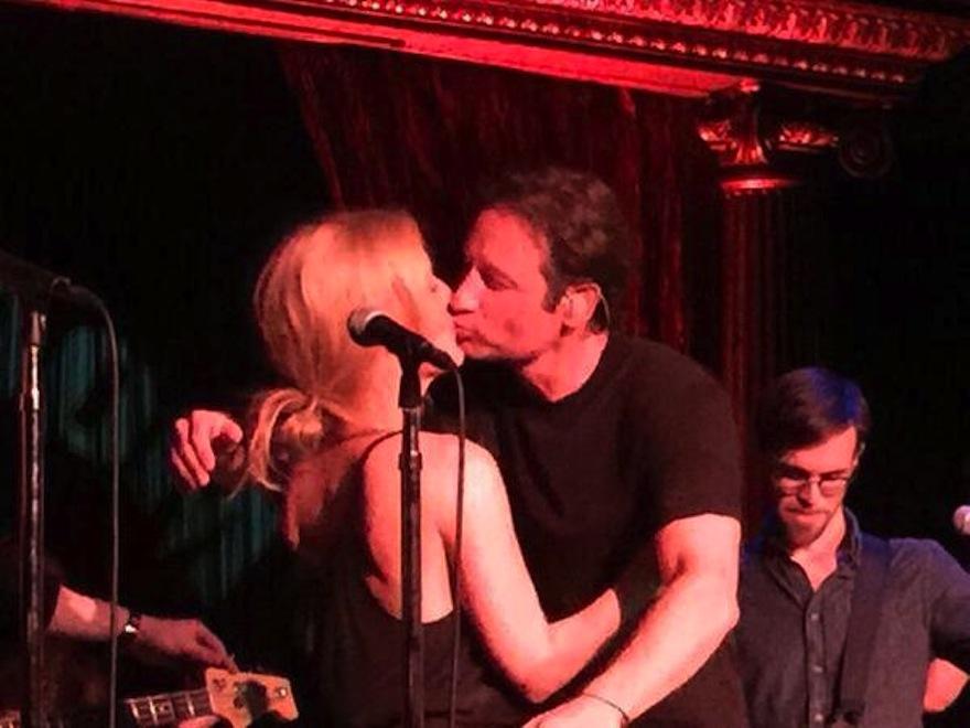 Gillian Anderson śpiewa z Davidem Duchovnym