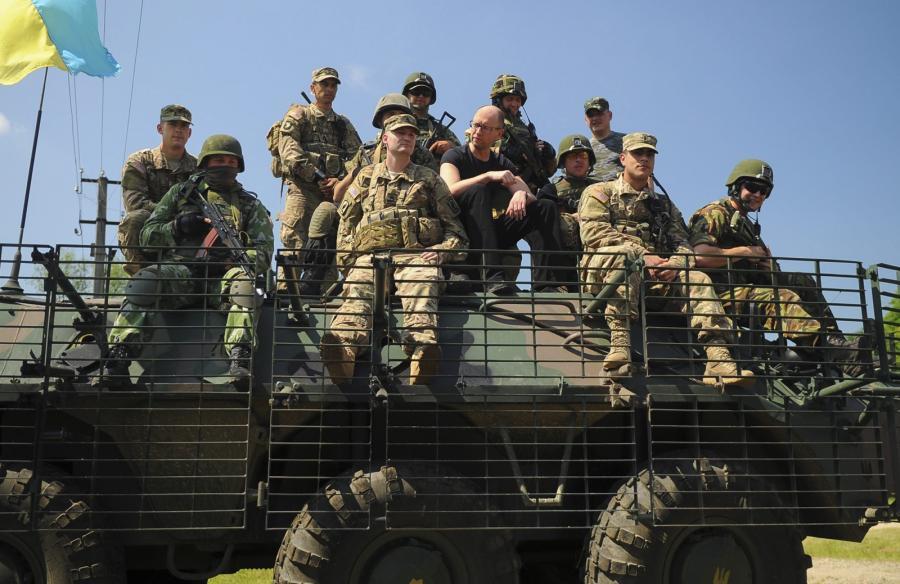 Premier Arsenij Jaceniuk wśród amerykańskich i ukraińskich żołnierzy