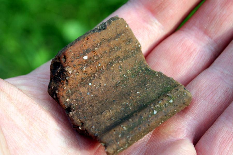Fragment glinianego naczynia znaleziony w średniowiecznym grodzisku pod Łomżą
