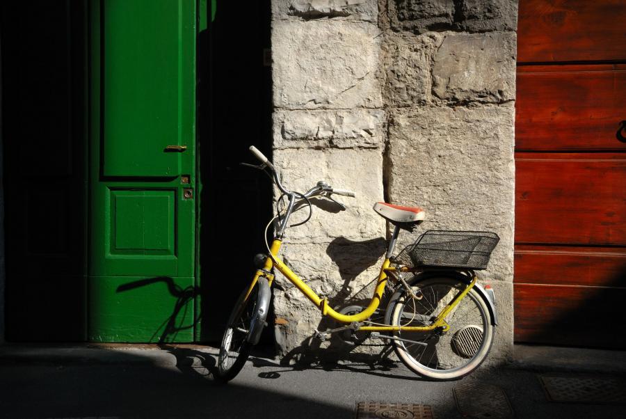 Rower na tle ścian pomalowanych w kolorach flagi Włoch