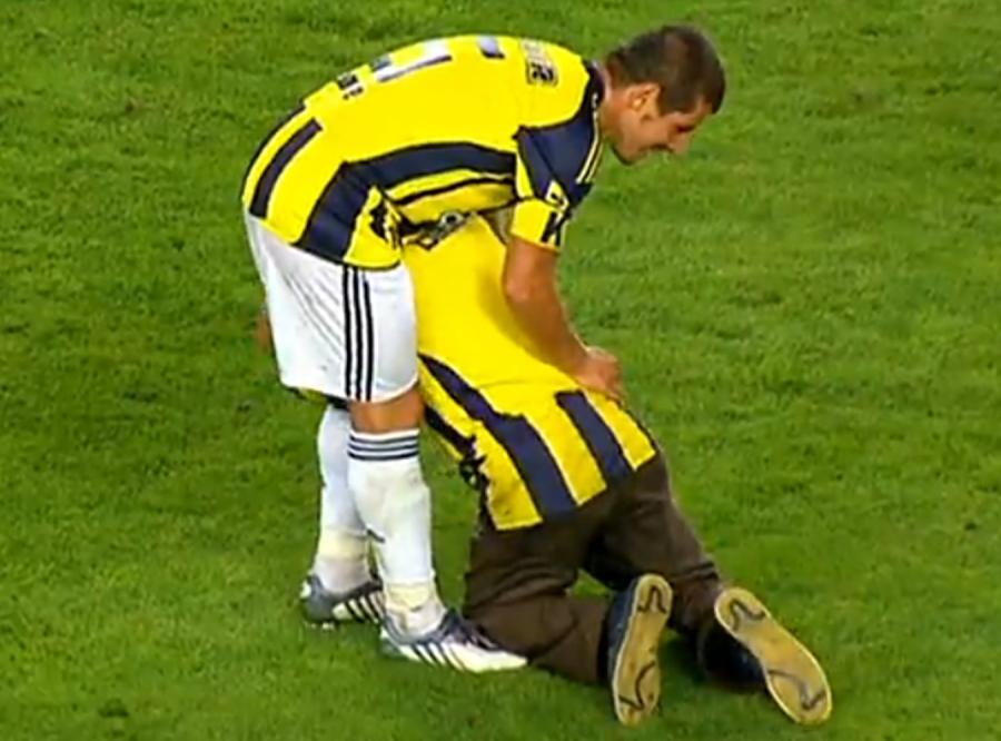 Wariat przykleił się do piłkarza na meczu