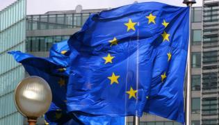 Unijne flagi przed siedzibą Komisji Europejskiej