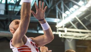 Polak Marcin Gortat(L) blokowany przez Czecha Patricka Audę (P) podczas meczu towarzyskiego koszykarzy w Wałbrzychy