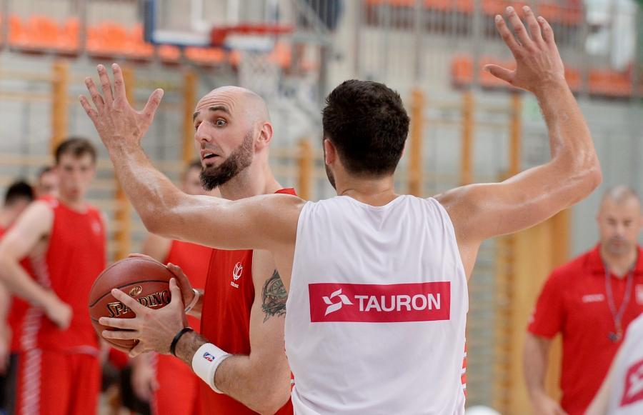 Marcin Gortat (L) i Adam Hrycaniuk (P) podczas treningu koszykarskiej reprezentatcji Polski w Warszawie