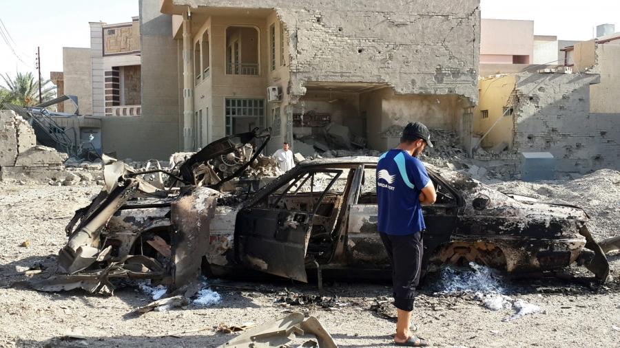 Faludża, samochód zniszczony w ataku na pozycje Państwa Islamskiego