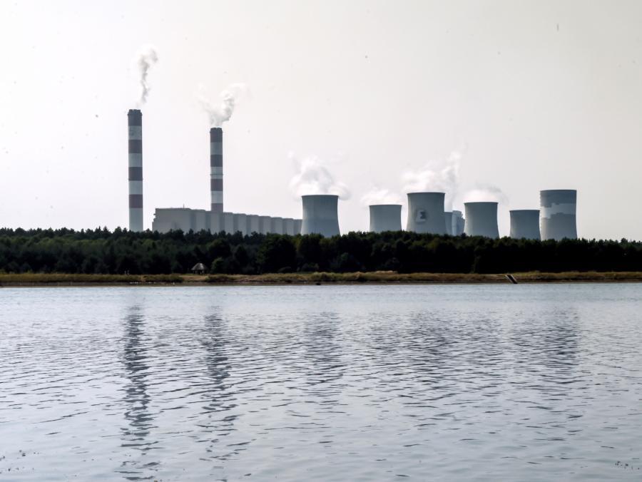 PGE Elektrownia Bełchatów widziana od strony zbiornika wodnego Słok. Rekordowe zapotrzebowanie na prąd, związane z utrzymującymi się upałami może spowodować ograniczenia w dostawach energii