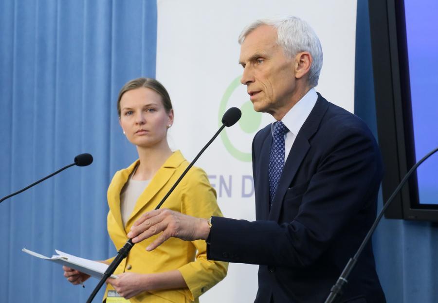 Poseł PO Marcin Święcicki i Lyudmyla Kozlovska z Fundacji Otwarty Dialog podczas konferencji prasowej w Sejmie