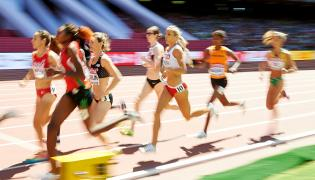 Polka Angelika Cichocka (C) w eliminacyjnym biegu na 1500 m podczas lekkoatletycznych mistrzostw świata w Pekinie