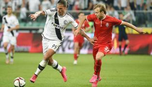 Gracz stołecznej Legii Aleksandar Prijović (L) i Dmytro Khomchenovskyy (P) z Zorii Ługańsk w rewanżowym meczu czwartej rundy eliminacji piłkarskiej Ligi Europy, rozegranym w Warszawie